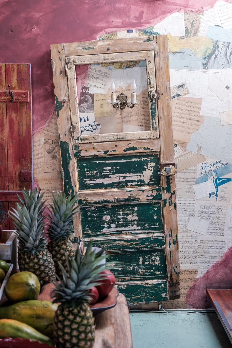 Le Fashionaire House of Wonders, um lugar singular house of wonders cafe galeria frutas tropicais porta velha verde candelabro 2176 PT 805x1208