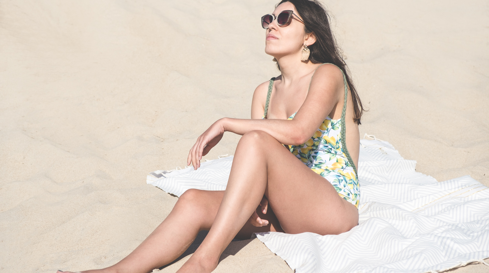Le Fashionaire When life gives you lemons buy this swimsuit lemons white yellow green lemons cante swimsuit cat eye grey white sunglasses parfois gold hm tassels earrings beach futah beach towel white blue sand 1398F EN