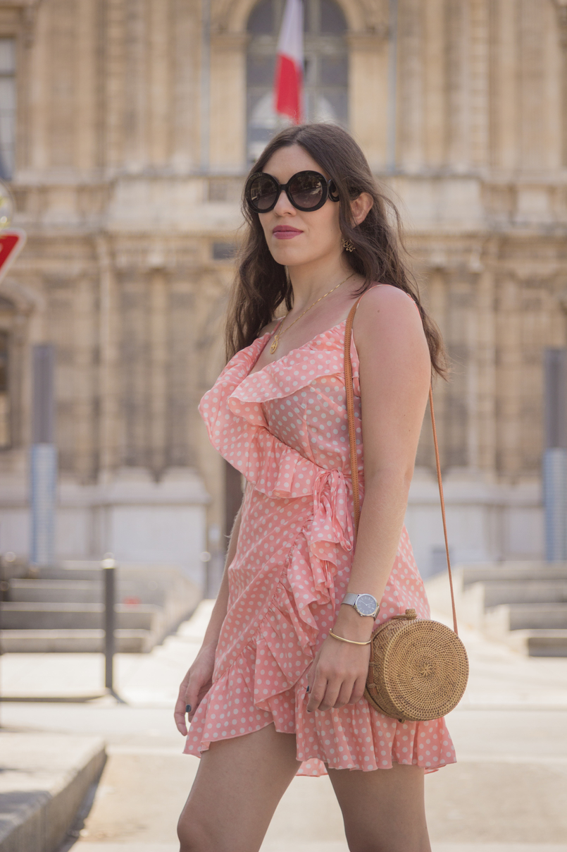 Le Fashionaire O verão ainda não acabou (e este vestido é a prova disso) mala toino abel vestido rosa salmao bolinhas brancas folhos asos colar passaro dourado cinco oculos sol pretos prada relogio prateado calvin klein 8328 PT 805x1208