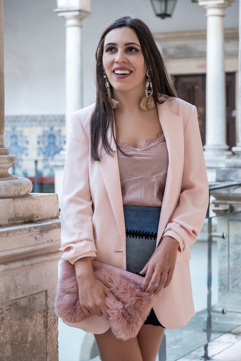 Le Fashionaire Transitional clothes: what to wear on the first days of fall? oversized pale pink hm blazer patchwork leather pale dark blue black zara skirt fur pale pink clutch tassels pink pvc bold hm earrings 3563 EN 805x1208