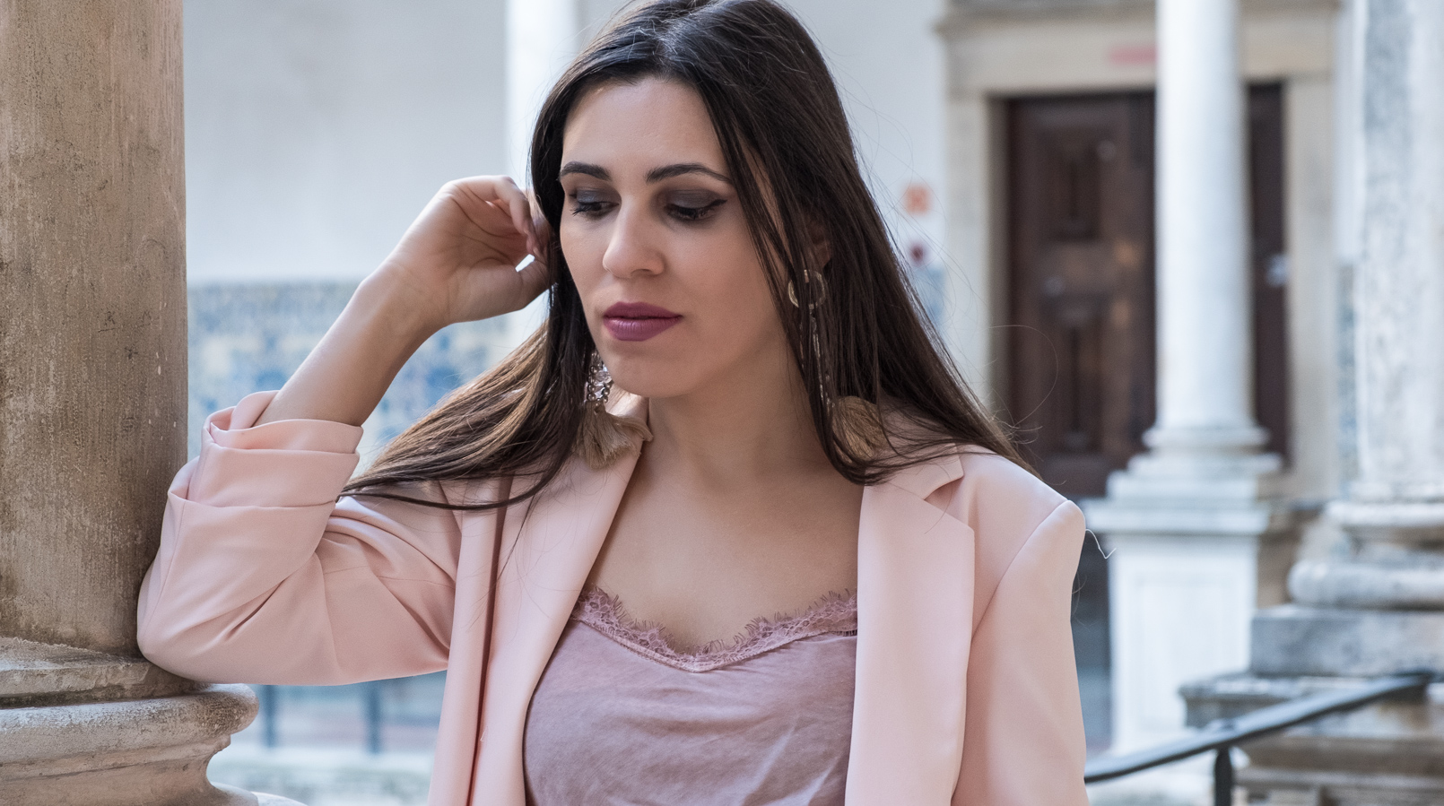 Le Fashionaire Transitional clothes: what to wear on the first days of fall? pale pink silk lace top old oversized pale hm blazer tassels pink pvc bold hm earrings 3554F EN