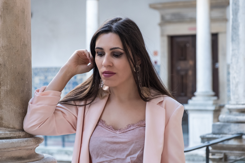 Le Fashionaire Transitional clothes: what to wear on the first days of fall? pale pink silk lace top old oversized pale pink hm blazer tassels pink pvc bold hm earrings 3554 EN 805x537