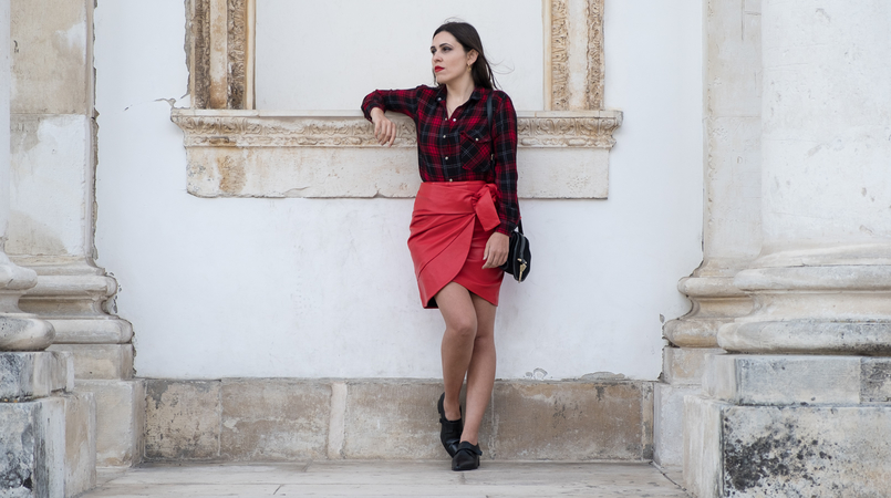 Le Fashionaire Red alert: this color will add a pop up to our winter tartan red black drago back patch mango shirt red leather uterque bow skirt black leather monk zara shoes 3499F EN 805x450