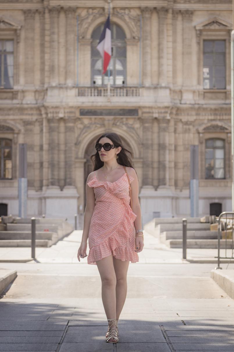 Le Fashionaire O verão ainda não acabou (e este vestido é a prova disso) vestido rosa salmao bolinhas brancas folhos asos sandalias douradas atacadores stradivarius colar passaro dourado cinco oculos sol pretos prada 8310 PT 805x1208