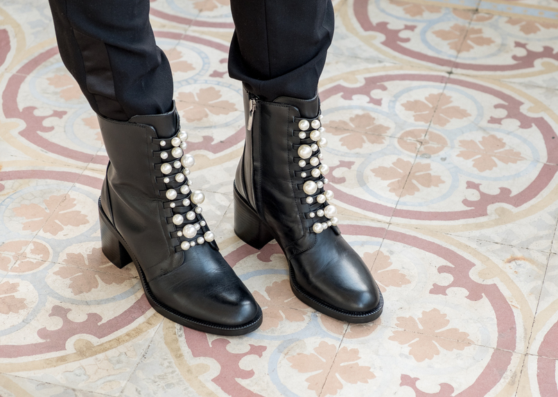Le Fashionaire Where to shop for cool clothes? black trousers zara black leather boots white pearls zara 0475 EN 805x573
