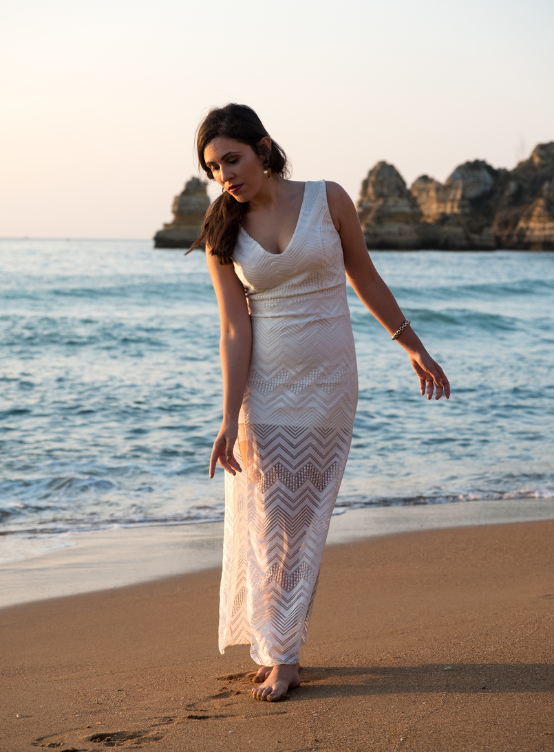 Le Fashionaire One dress, a lot of occasions to wear it blogger catarine martins white lace maxi dress gold bold earrings black stone mango dona ana beach algarve 4726 EN 805x1094