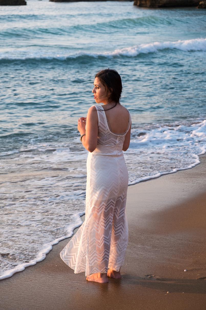 Le Fashionaire Um vestido para várias ocasiões blogueira catarine martins vestido branco renda comprido transparente brincos dourados pedra preta mango praia dona ana algarve 4709 PT 805x1208