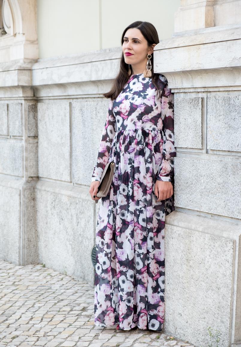 Le Fashionaire O roxo é o novo preto? blogueira catarine martins vestido comprido roxo outono flores nakd brincos grandes franjas plastico rosa hm 5743 PT 805x1157