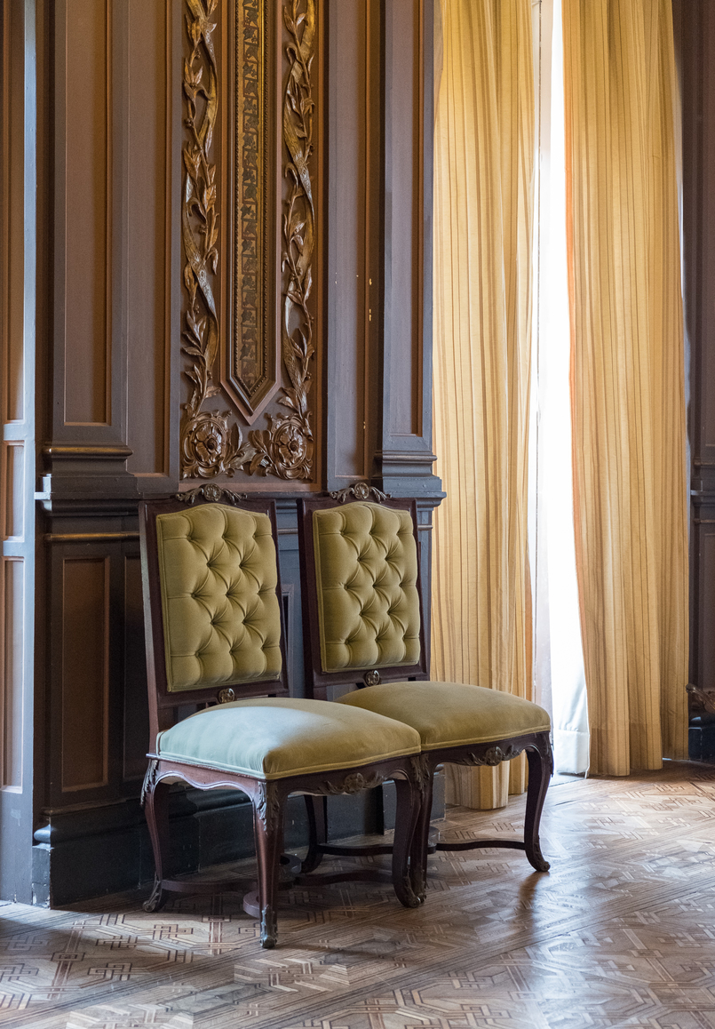 Le Fashionaire Why you need to visit Palácio da Bolsa bolsa palace oporto light yellow velvet chairs 4988 EN 805x1158