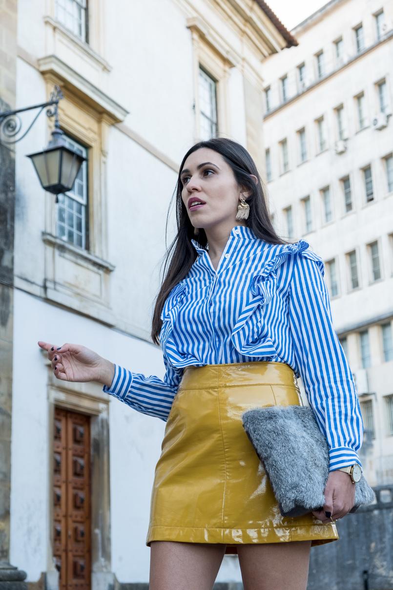 Le Fashionaire Aderir à tendência do vinil: sim ou não? camisa riscas azul branco folhos shein saia amarelo mostarda vinil sfera brincos dourado franjas grandes hm clutch pelo cinzento sfera 4241 PT 805x1208