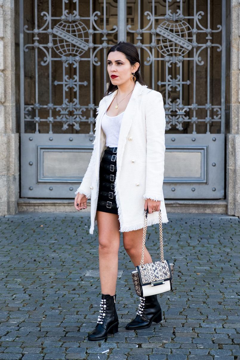 Le Fashionaire O que vesti no primeiro dia de Portugal Fashion casaco branco tweed perolas zara botas pretas perolas pele zara mala branca pele cobra preto corrente dourada diane von furstenberg 0398 PT 805x1208