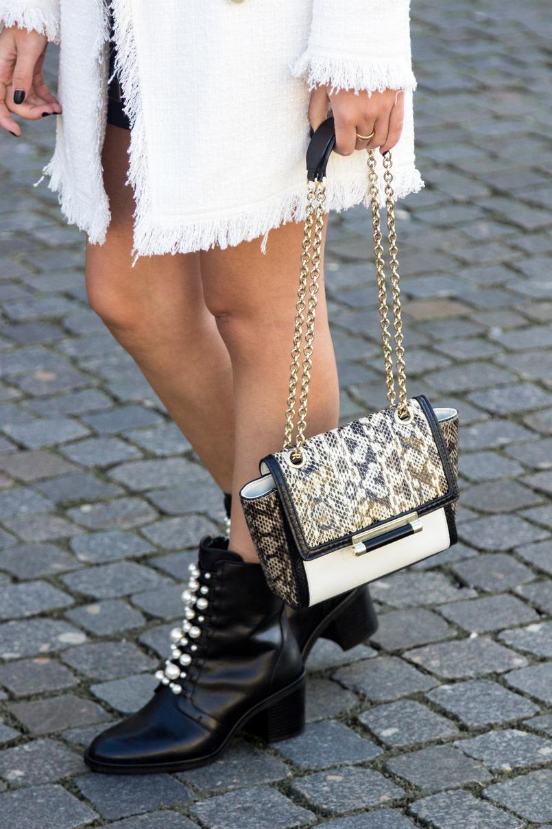 Le Fashionaire O que vesti no primeiro dia de Portugal Fashion casaco branco tweed perolas zara botas pretas perolas pele zara mala branca pele cobra preto corrente dourada diane von furstenberg 8413 PT 805x1208