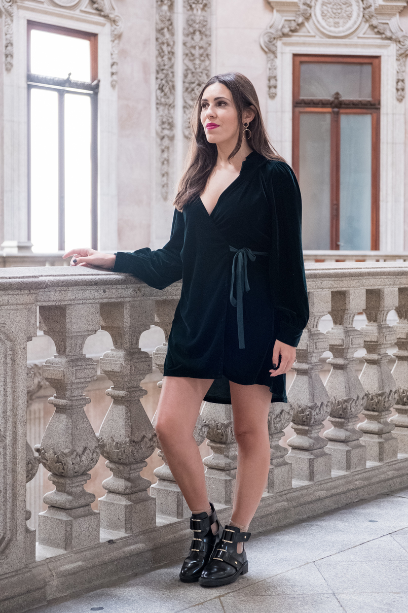 Le Fashionaire Why you need to visit Palácio da Bolsa dark green velvet dress vinil ankle black boots gold detail stradivarius pink flat out fabulous mac lipstick bolsa palace oporto 4963 EN 805x1208