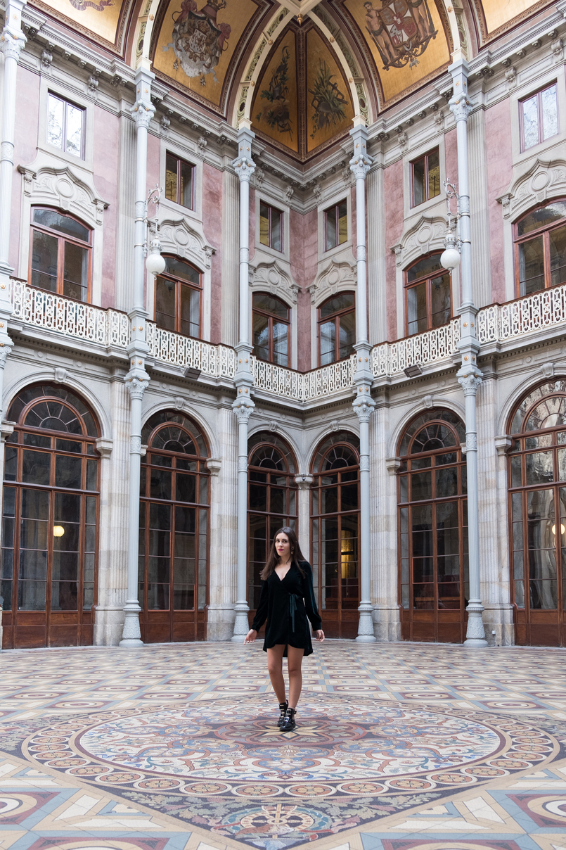 Le Fashionaire Why you need to visit Palácio da Bolsa dark green velvet dress vinil ankle black boots gold detail stradivarius pink flat out fabulous mac lipstick bolsa palace oporto windows 4929 EN 805x1208