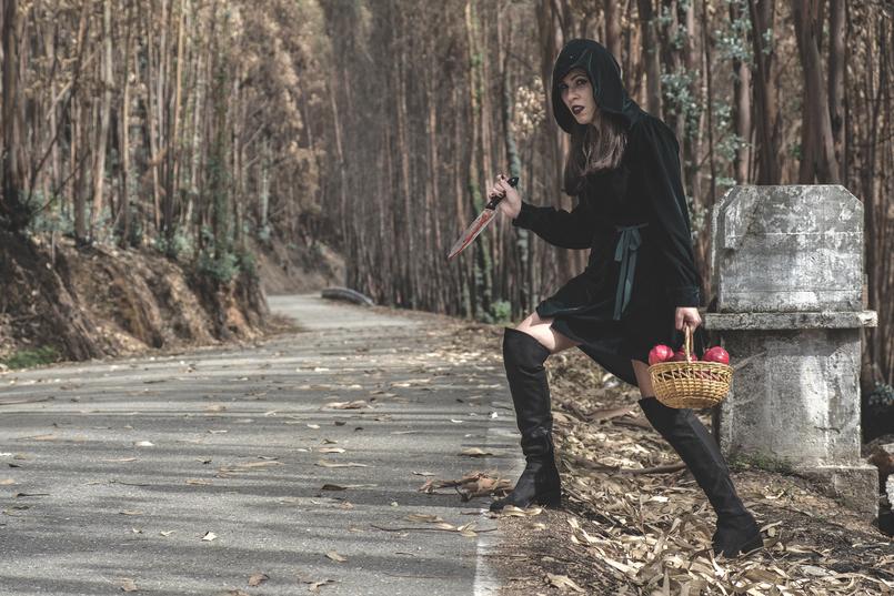 Le Fashionaire What to wear in Halloween? dark green velvet zara dress fake blood knife pomegranate red basket black spiders over knee stradivarius black boots 6590 EN 805x537