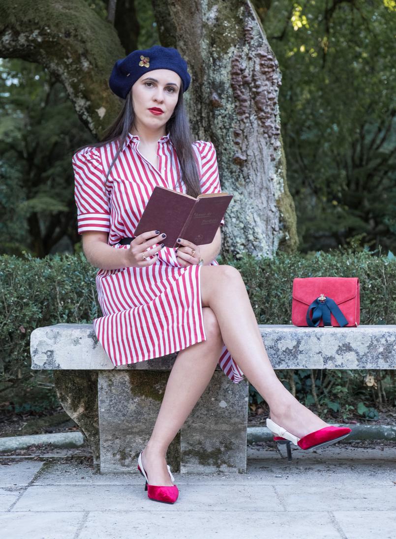 Le Fashionaire Dicas para recriar o estilo coquette das parisienses malinha vermelha camurca pele abelha dourada fitas azul escuro mango livro capa dura amor perdicao camilo castelo branco vermelho 4065 PT 805x1096