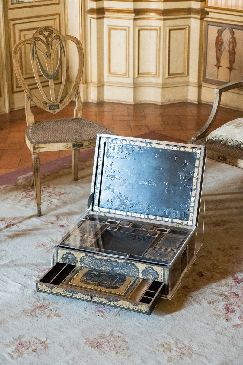 Le Fashionaire The portuguese Palace you need to know palace queluz ornate rooms tobacco box porcelain black man 5993 EN 805x1208