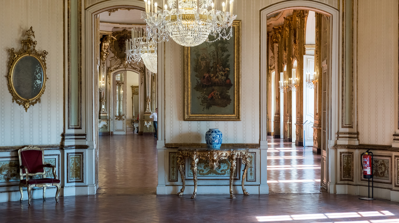 Le Fashionaire The portuguese Palace you need to know palace queluz white chairs ornate rooms paintings red carpet 5987F EN 805x450