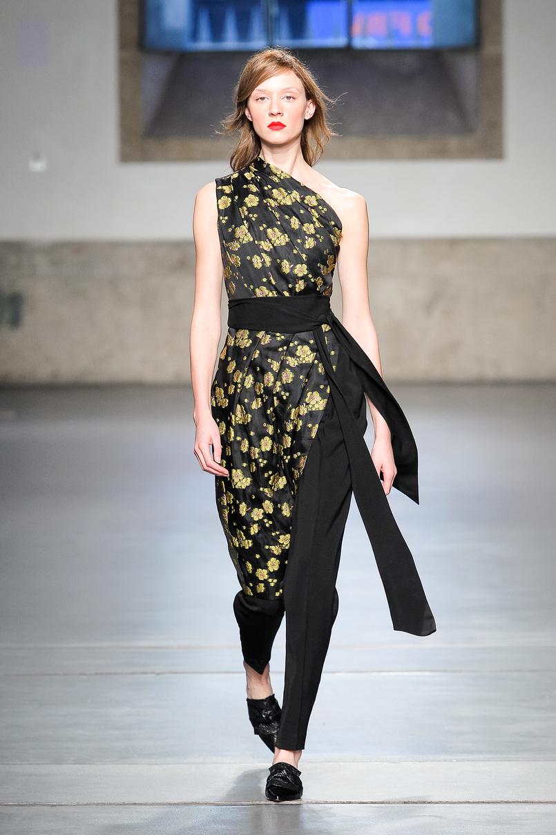Le Fashionaire Portugal Fashion: Os meus desfiles preferidos portugal fashion vestido preto flores.douradas cinto nuno baltazar NunoBaltazar 159 PT 805x1208