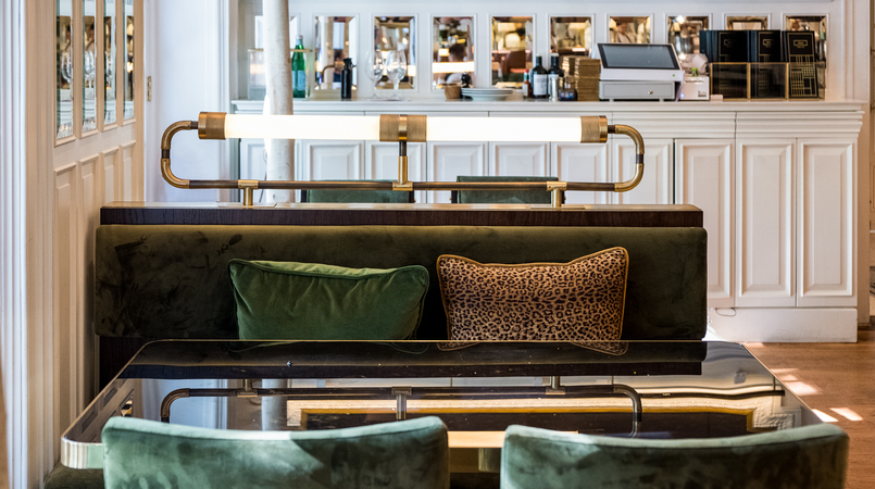 Le Fashionaire Favorite restaurant in Lisbon: JNcQUOI restaurant jncquoi lisbon decor couch green leopard pillows 5695F EN 805x450