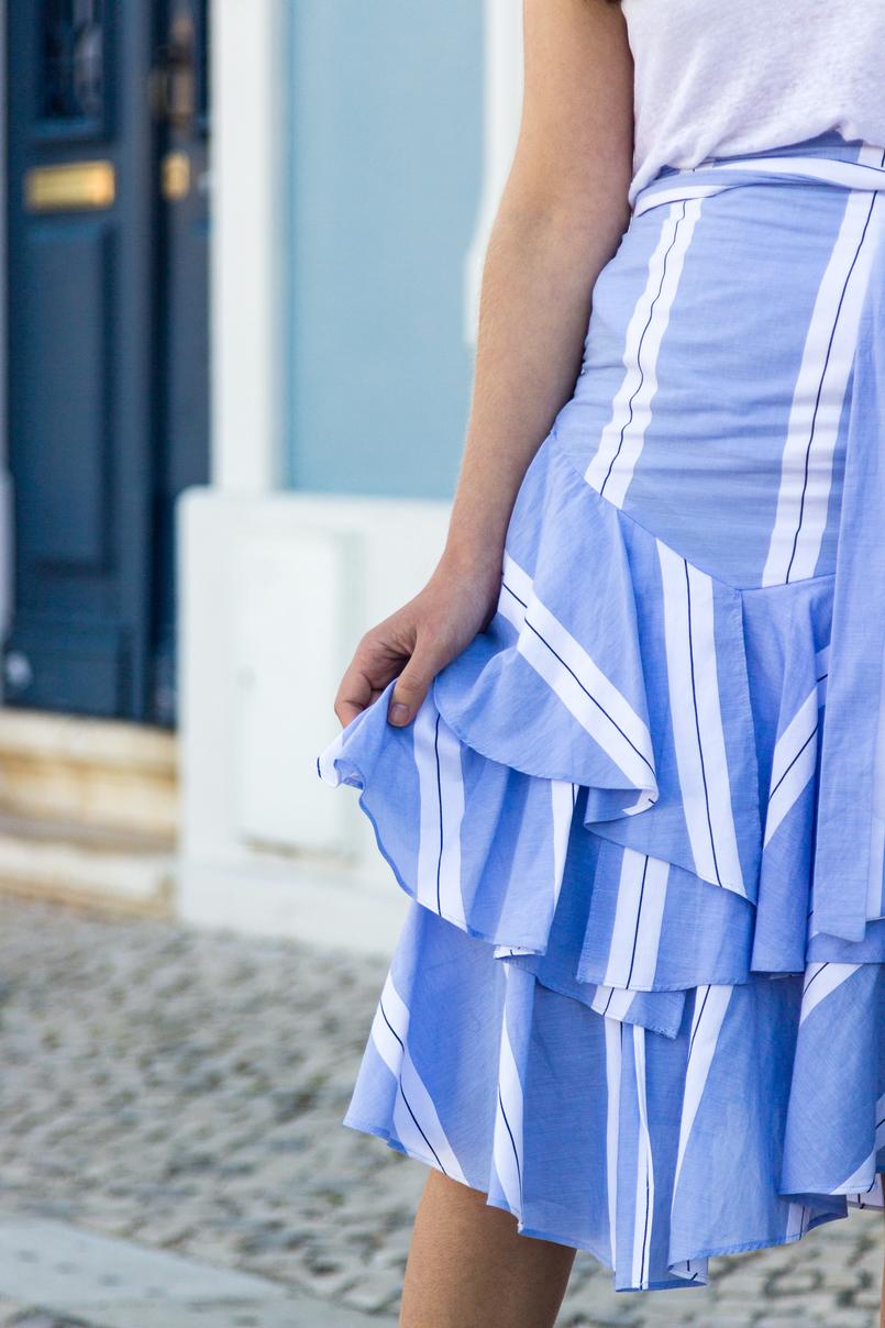 Le Fashionaire A saia de verão que dá para usar no outono saia azul riscas assimetrica folhos zara 6825 PT 805x1208