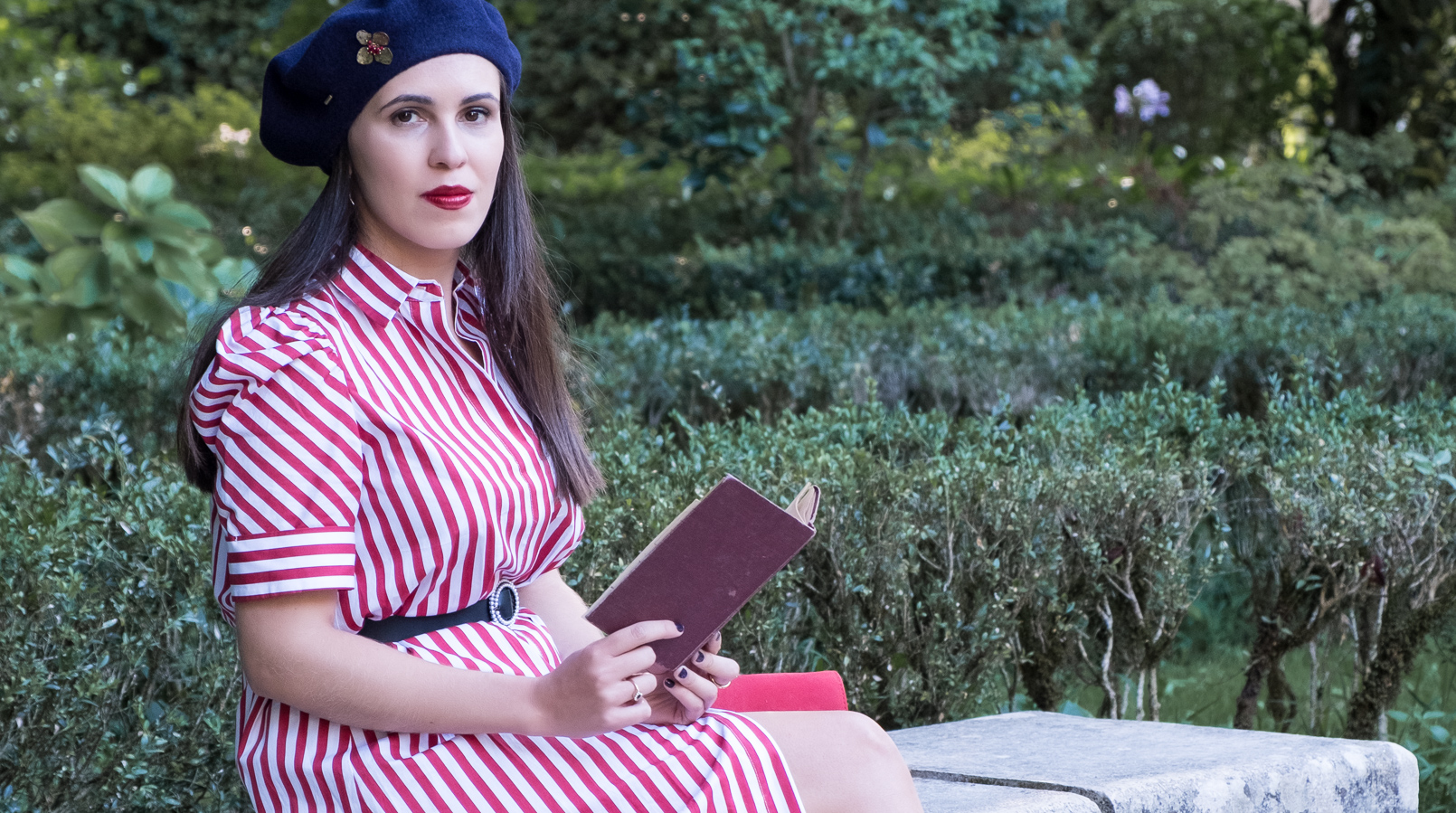 Le Fashionaire Tips to dress like a Parisian stripes white red zara dress dark blue wool beret gold flower brooch mango outlet hard cover red old book 4073F EN