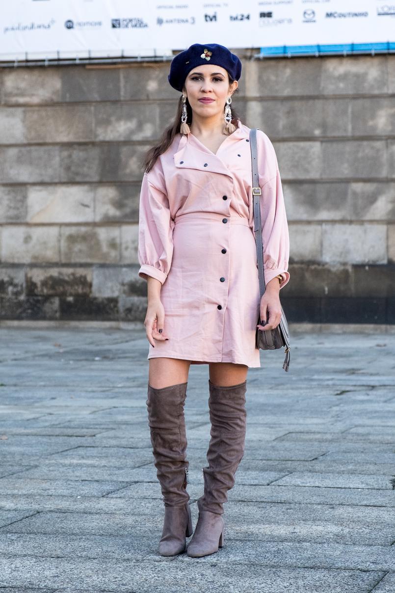 Le Fashionaire Criar looks: a inspiração está em todo o lado vestido rosa botoes pretos anos 80 asos boina azul escura la pregadeira dourada mango botas cinzentas camurca acima joelho bershka 8522 PT 805x1208