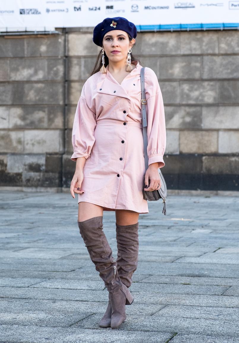 Le Fashionaire Criar looks: a inspiração está em todo o lado vestido rosa botoes pretos anos 80 asos boina azul escura la pregadeira dourada mango botas cinzentas camurca acima joelho bershka 8526 PT 805x1155