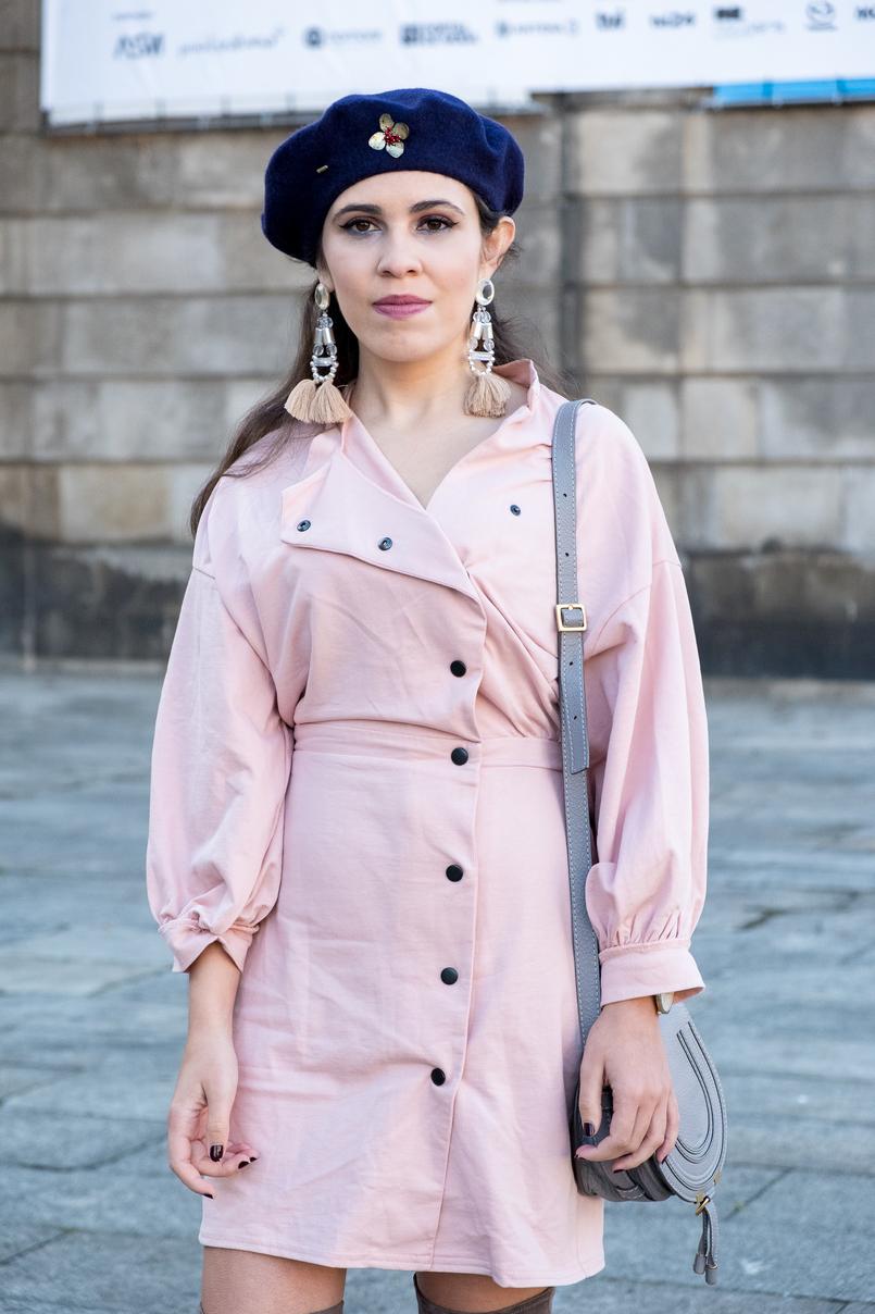 Le Fashionaire Criar looks: a inspiração está em todo o lado vestido rosa botoes pretos anos 80 asos boina azul escura la pregadeira dourada mango brincos rosa plastico franjas pvc hm 8533 PT 805x1208