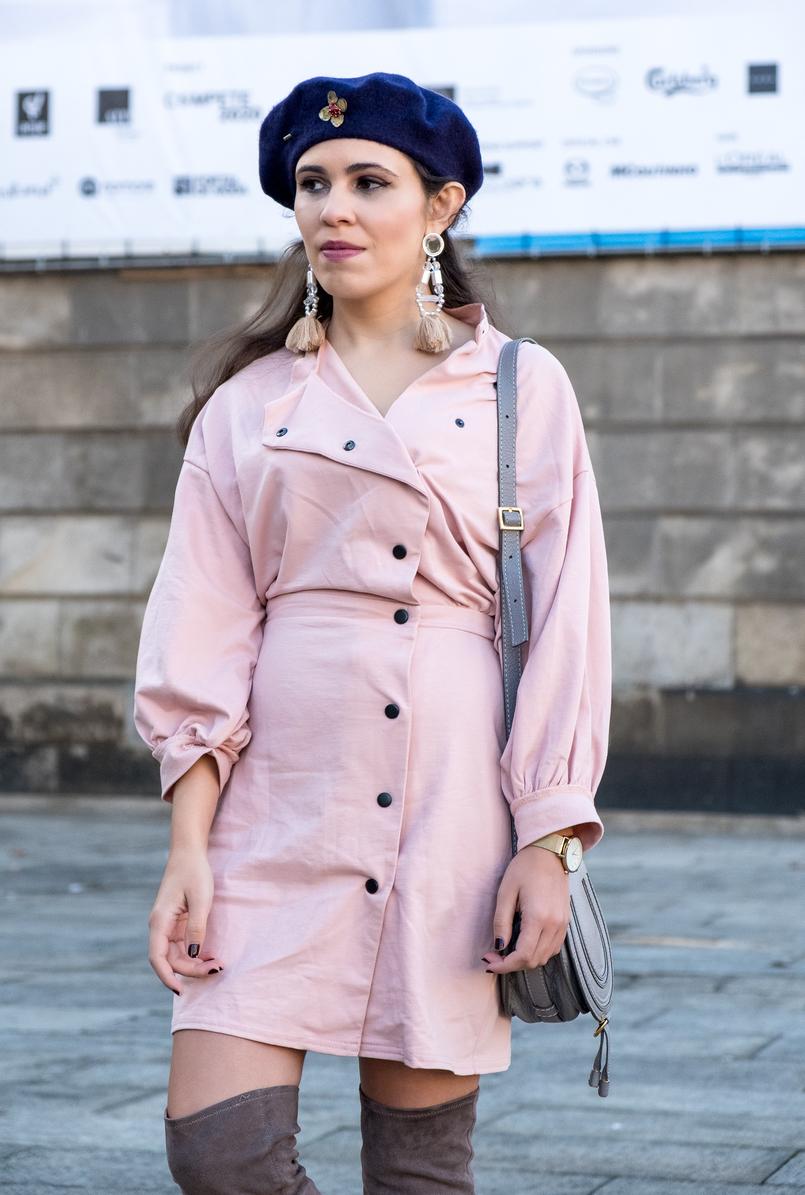 Le Fashionaire Criar looks: a inspiração está em todo o lado vestido rosa botoes pretos anos 80 asos boina azul escura la pregadeira dourada mango brincos rosa plastico franjas pvc hm 8538 PT 805x1195