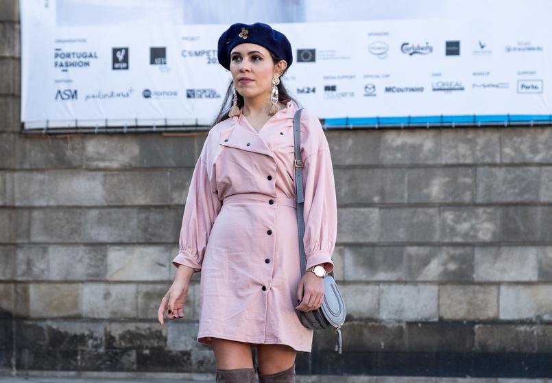 Le Fashionaire Criar looks: a inspiração está em todo o lado vestido rosa botoes pretos anos 80 asos boina azul escura la pregadeira dourada mango mala cinzenta chloe mini marcie pele 8528 PT 805x558