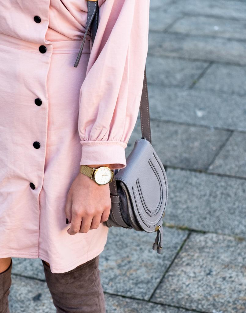 Le Fashionaire Criar looks: a inspiração está em todo o lado vestido rosa botoes pretos anos 80 asos mala cinzenta chloe mini marcie pele 8545 PT 805x1025