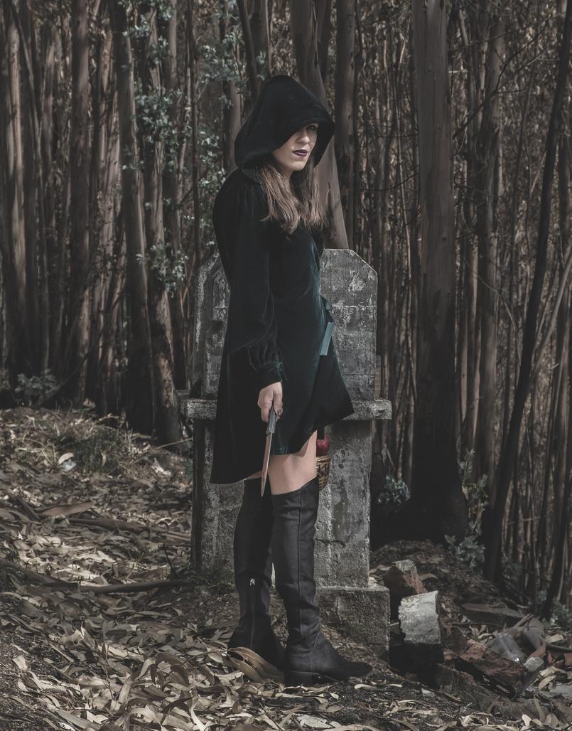 Le Fashionaire O que vestir na noite de Halloween? vestido verde escuro veludo zara cesta romas vermelho aranhas pretas botas cano alto preto stradivarius 6582 PT2 805x1028