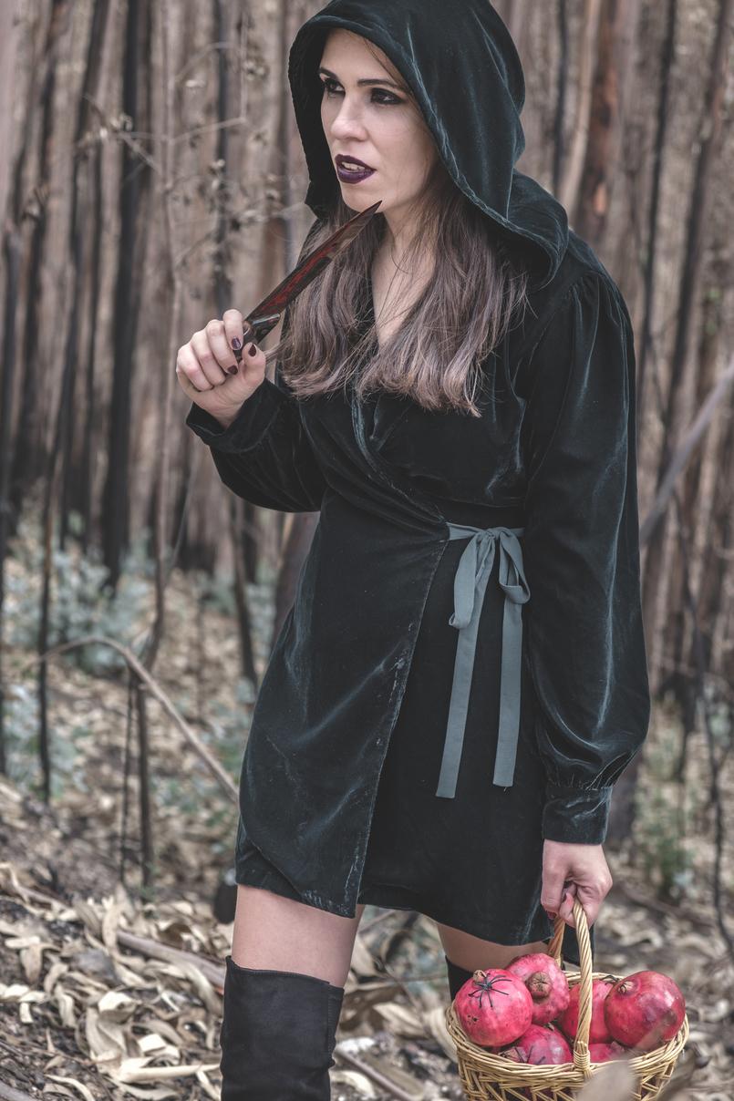 Le Fashionaire O que vestir na noite de Halloween? vestido verde escuro veludo zara faca sangue falso cesta romas vermelho aranhas pretas batom instigator roxo escuro mac 6661 PT 805x1208