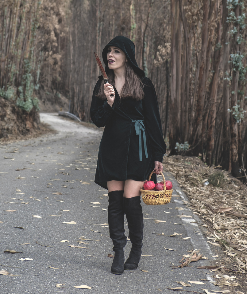 Le Fashionaire What to wear in Halloween? vestido verde escuro veludo zara faca sangue falso cesta romas vermelho aranhas pretas botas cano alto preto stradivarius 6548 PT1 805x956