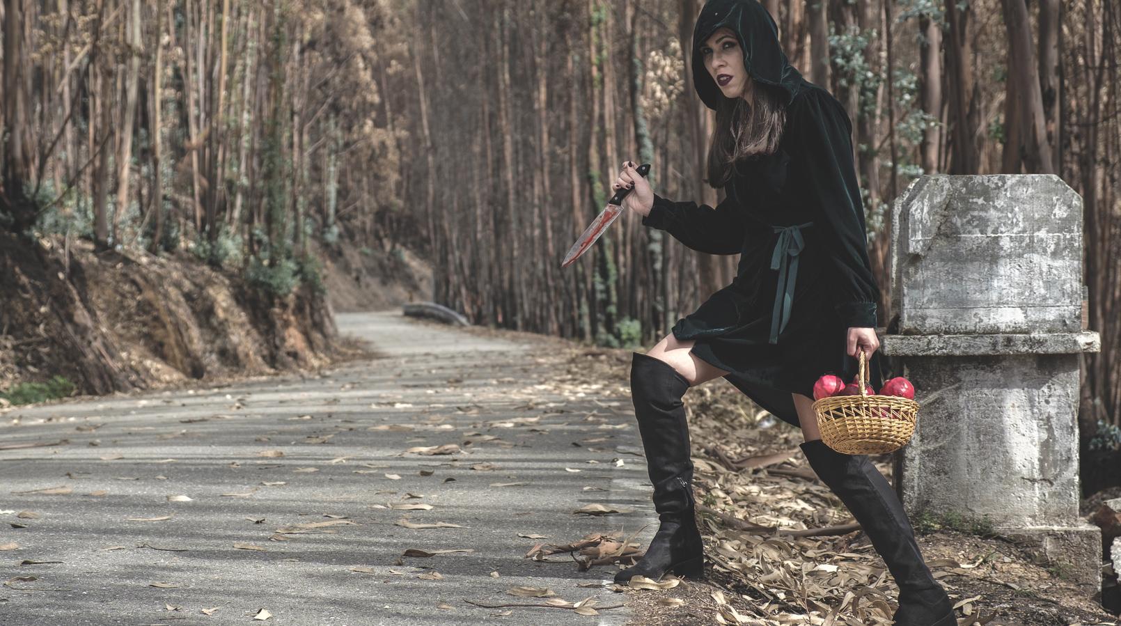 Le Fashionaire O que vestir no Halloween: 2 ideias aterradoras de última hora vestido verde escuro veludo zara faca sangue falso cesta romas vermelho aranhas pretas botas cano alto preto stradivarius 6590F PT