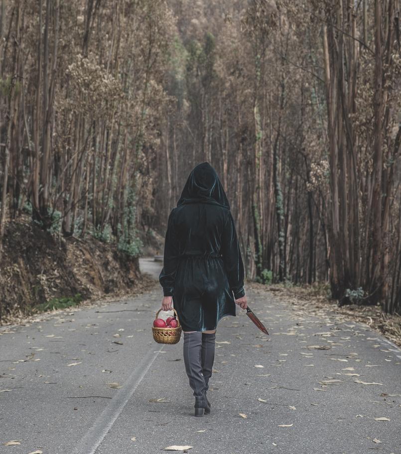 Le Fashionaire O que vestir na noite de Halloween? vestido verde escuro veludo zara faca sangue falso cesta romas vermelho aranhas pretas botas cano alto preto stradivarius 6622 PT 805x910