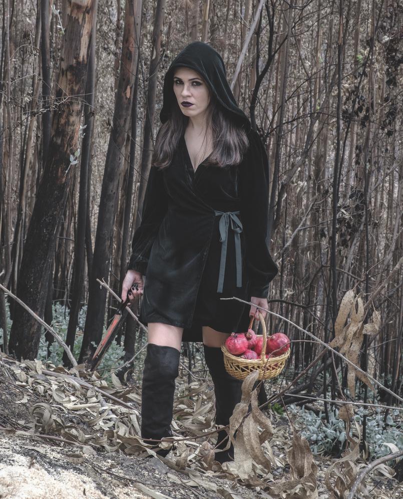 Le Fashionaire O que vestir na noite de Halloween? vestido verde escuro veludo zara faca sangue falso cesta romas vermelho aranhas pretas botas cano alto preto stradivarius 6634 PT 805x996