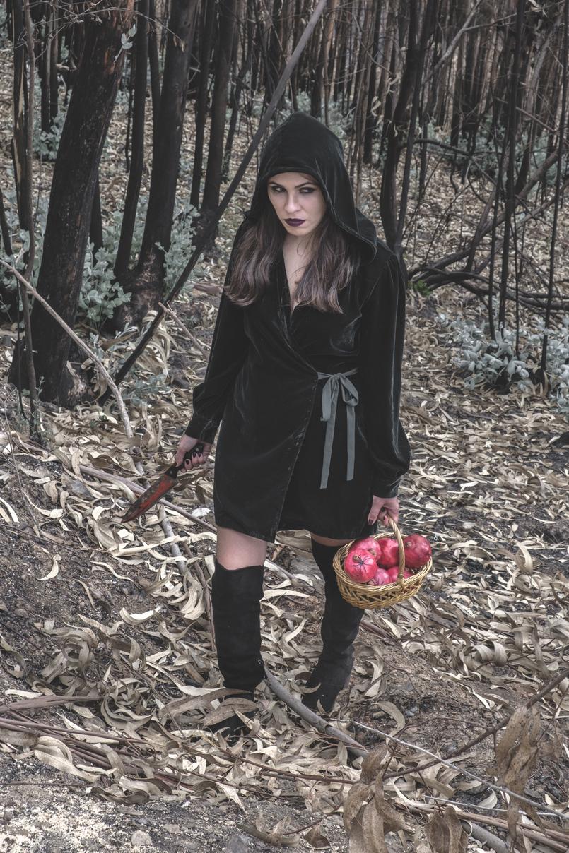 Le Fashionaire O que vestir na noite de Halloween? vestido verde escuro veludo zara faca sangue falso cesta romas vermelho aranhas pretas botas cano alto preto stradivarius 6647 PT 805x1208