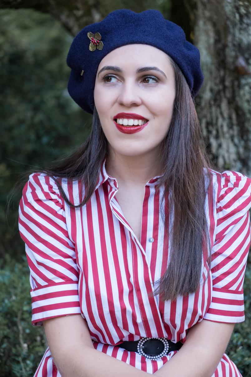 Le Fashionaire Dicas para recriar o estilo coquette das parisienses vestido vermelho branco riscas zara cinto preto perolas branco zara boina la azul escuro alfinete flor mango outlet 4103 PT 805x1208