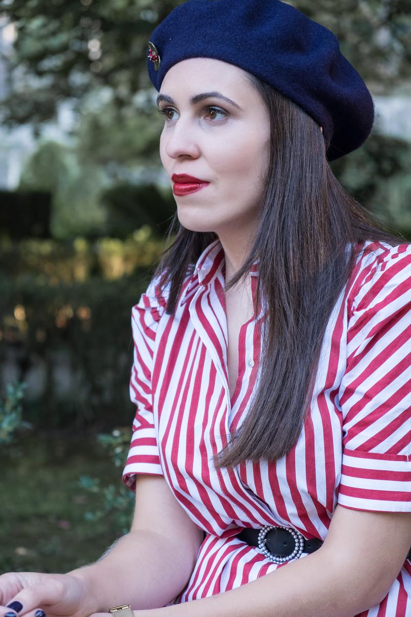 Le Fashionaire Dicas para recriar o estilo coquette das parisienses vestido vermelho branco riscas zara cinto preto perolas branco zara boina la azul escuro alfinete flor mango outlet 4109 PT 805x1208