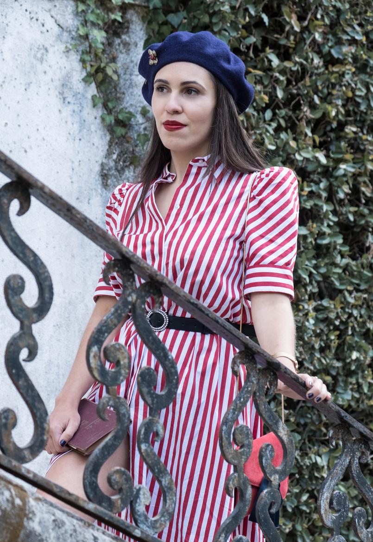 Le Fashionaire Dicas para recriar o estilo coquette das parisienses vestido vermelho branco riscas zara cinto preto perolas branco zara boina la azul escuro alfinete flor mango outlet 4151 PT 805x1170
