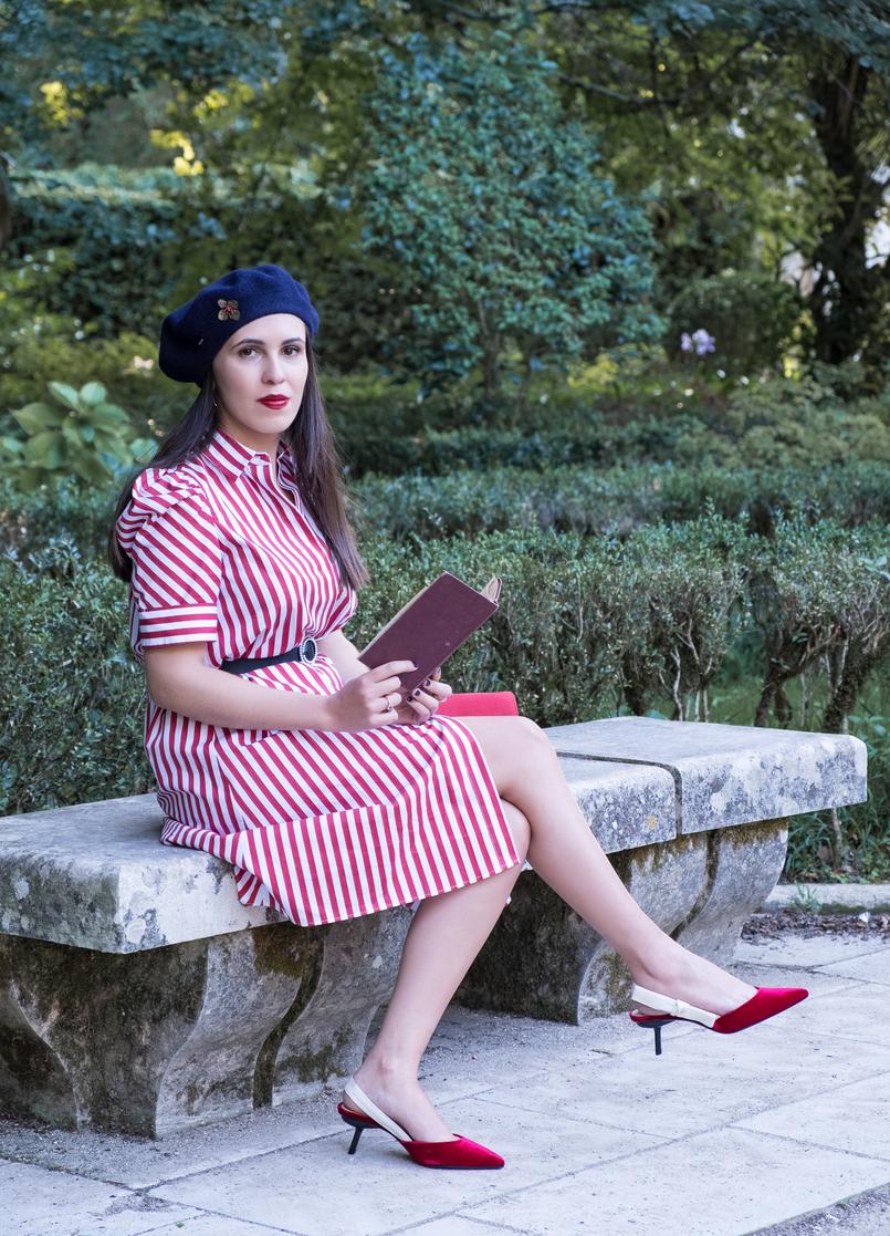 Le Fashionaire Dicas para recriar o estilo coquette das parisienses vestido vermelho branco riscas zara sapatos vermelhos veludo salto preto mango boina la azul escuro alfinete flor mango outlet 4073 PT 805x1117