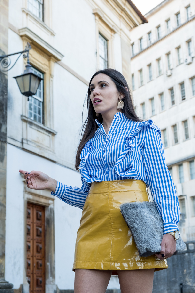 Le Fashionaire On trend: Vinyl white blue vertical stripes ruffles shein shirt yellow vinyl sfera skirt gold bold hm tassels earrings faux fur grey sfera clutch 4241 EN 805x1208
