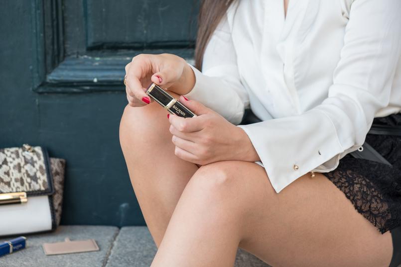 Le Fashionaire L'oréal X Balmain: my top 3 lipsticks white leather skin gold chains diane von furstenberg bag loreal balmain lipsticks packaging shades glamazone liberation freedom nude purple dark 0664 EN 805x537