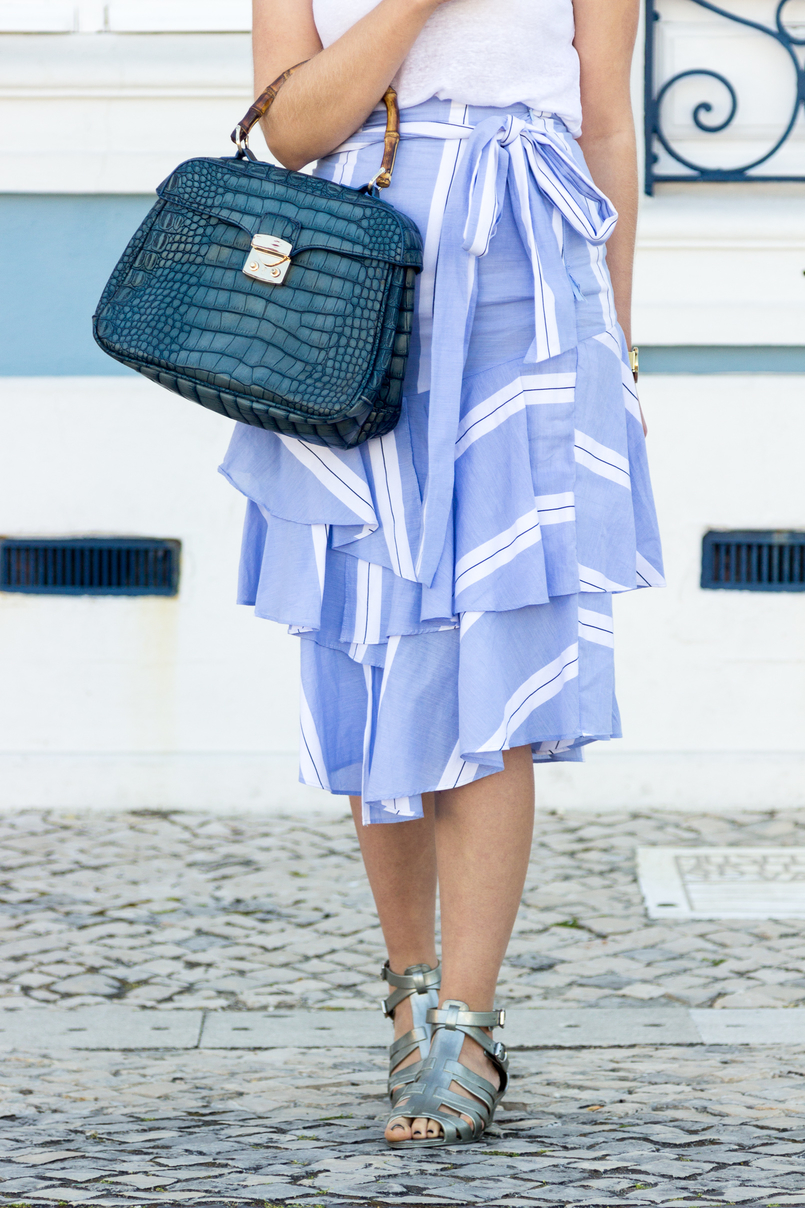 Le Fashionaire The summer skirt you can wear on fall white zara tank top stripes dark light ruffles asymmetrical zara skirt plastic flat sandals silver melissa fake leather crocodile blue bamboo lanidor bag 6804 EN 805x1208