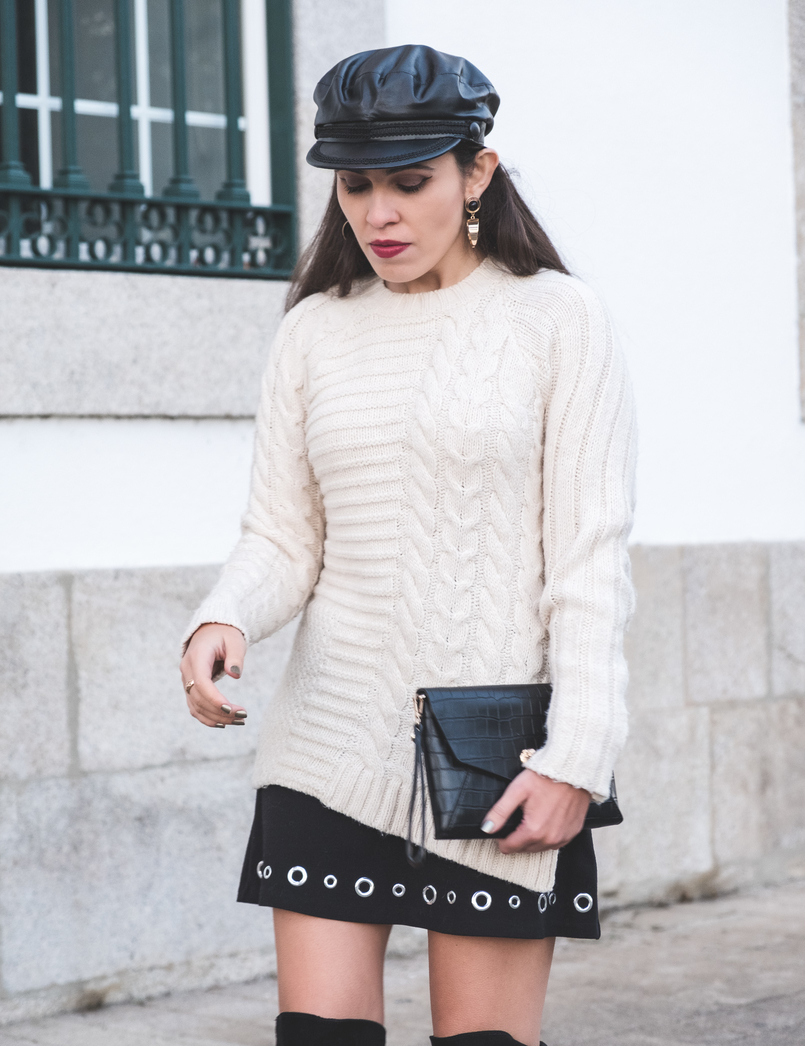 Le Fashionaire How to wear an oversized knit in a feminine way Eyelets black michael kors skirt black fake leather zara beret gold bold mango earrings fake leather coco parfois clutch 2418 EN 805x1046