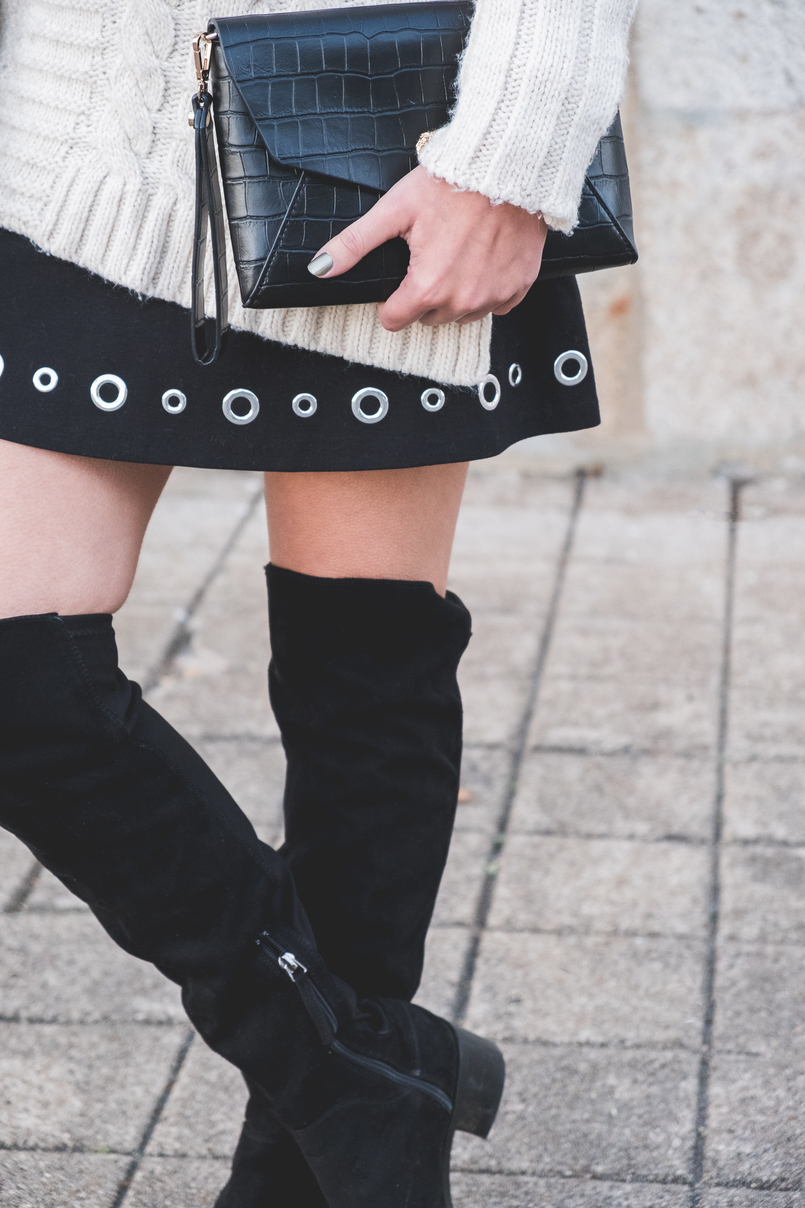 Le Fashionaire How to wear an oversized knit in a feminine way Eyelets black michael kors skirt black suede stradivarius over knee boots fake leather coco parfois clutch 2429 EN 805x1208