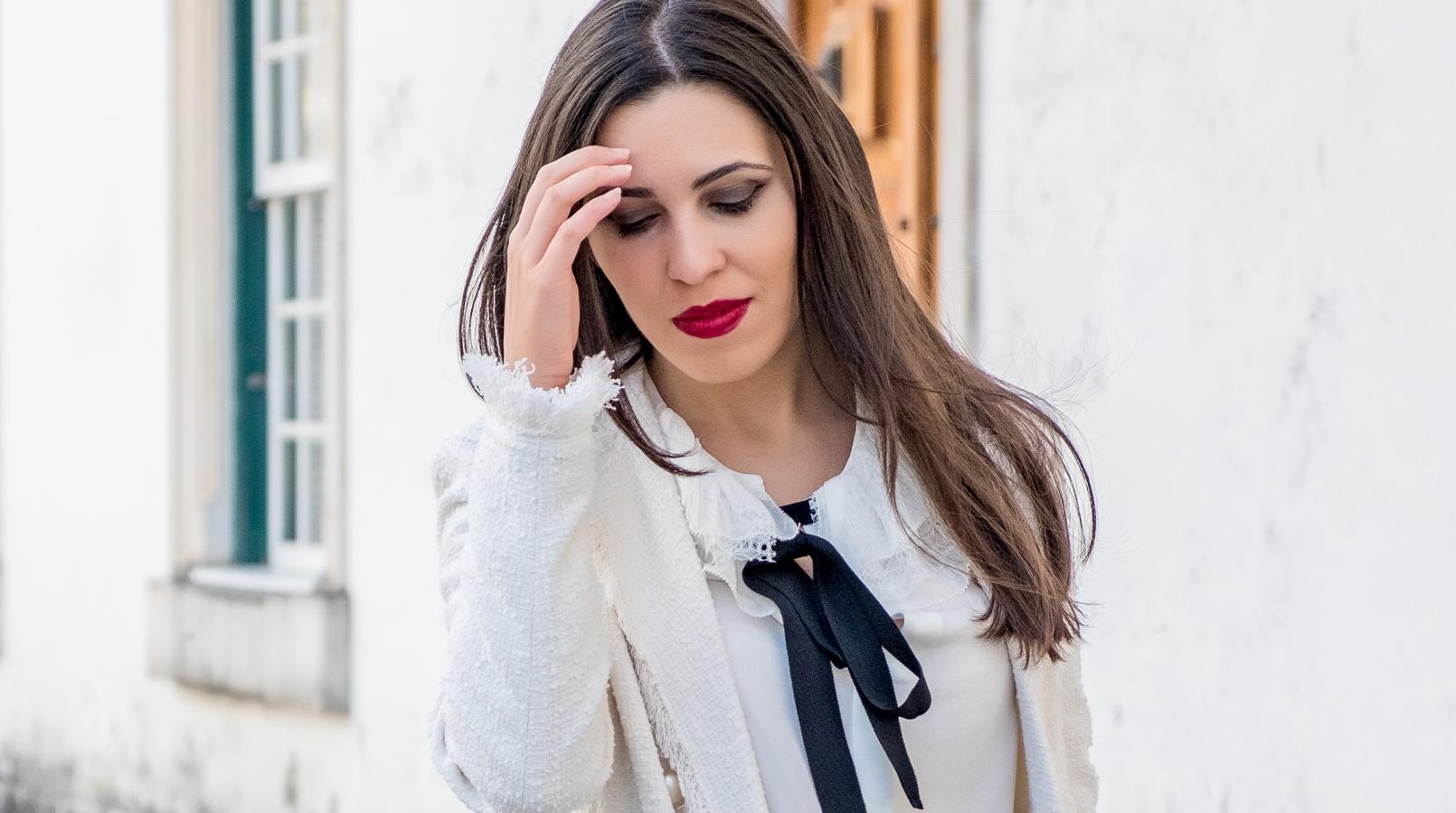 Le Fashionaire Comprei uns sapatos brancos, e agora? blogueira catarine martins casaco branco tweed comprido botoes perolas zara camisa seda branca laco preto folhos rendas seda massimo dutti 3314F PT