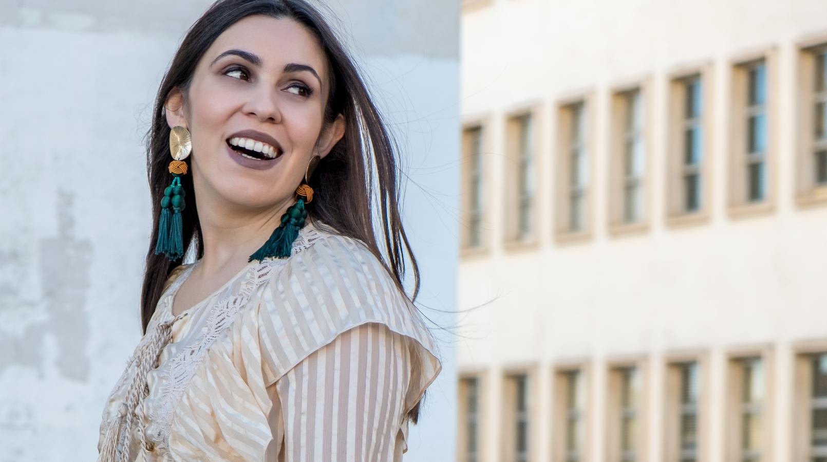Le Fashionaire 3 Razões para preferir camisas de seda blusa seda amoreira riscas bege cordoes atilhos uterque brincos verdes franjas dourados zara 0718F PT